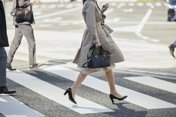 ガニ股歩きの女性