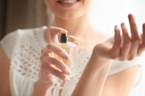効果があるフェロモン香水をつける女性
