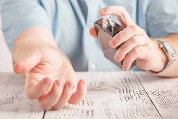 効果のあるフェロモン香水をつける男性