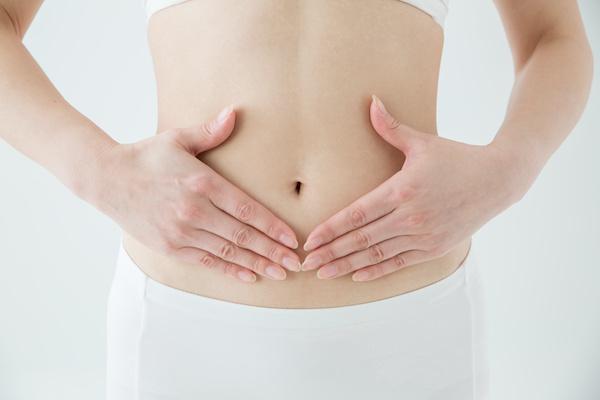 下腹部に力を入れる女性