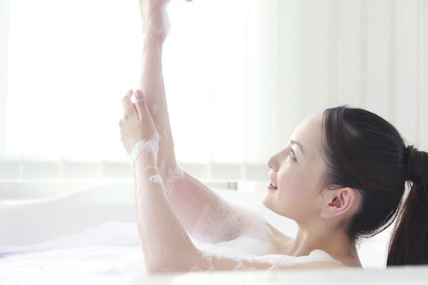 お風呂に入って血行を良くする女性
