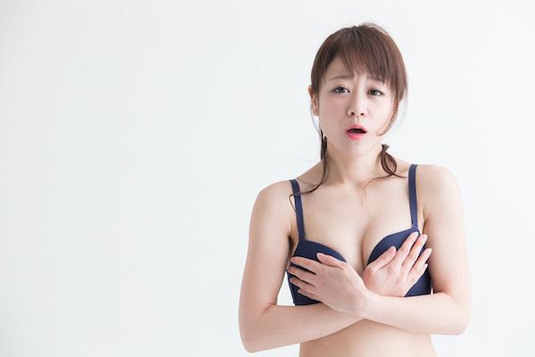 乳首開発のデメリットを説明する女性