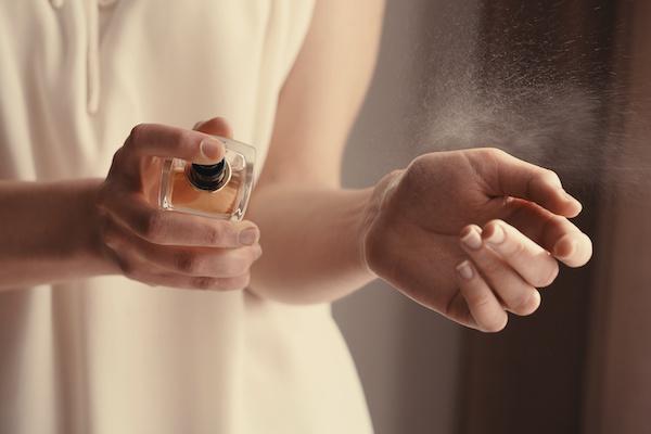 マリッジセンスの効果・香りを確かめる女性