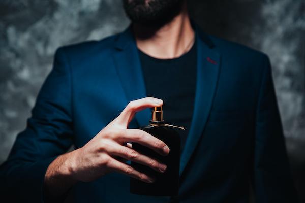 ボディセンスを効果・香りを試す男性